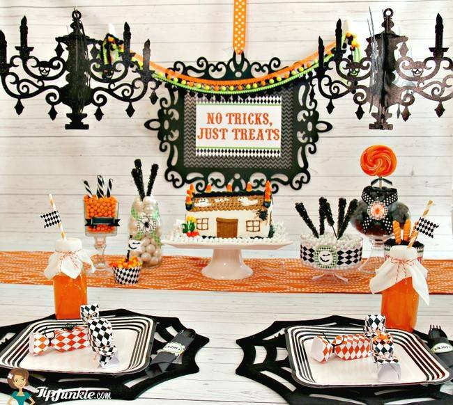 How to Make a Spooktacular Halloween Tablescape {free printables}
