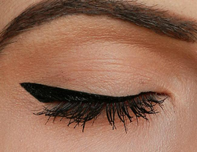 How To Easily Create Winged Eyeliner {Makeup}